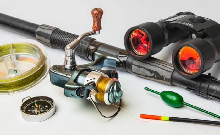 idée de kit pêche pour les papys qui en sont amateurs, canné à pêche, lunette, boussole