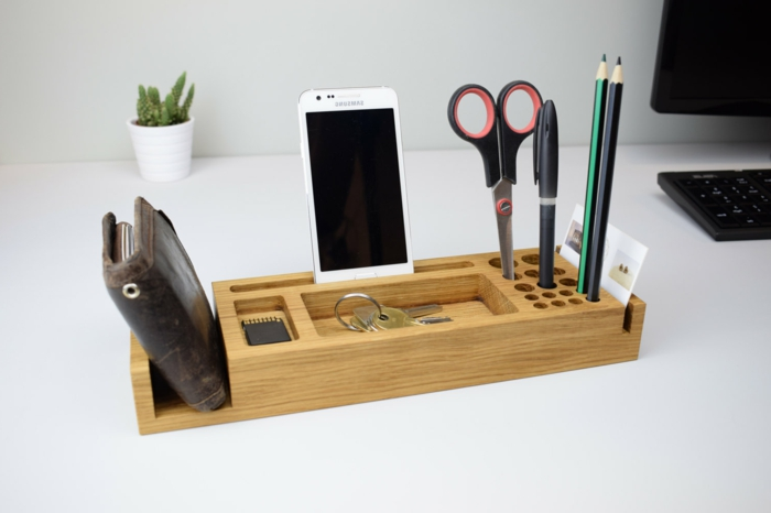 idée cadeau grand père, un organisateur bureau en bois avec rangement pour stylos, clés, ciseaux et porte-monnaie en cuir