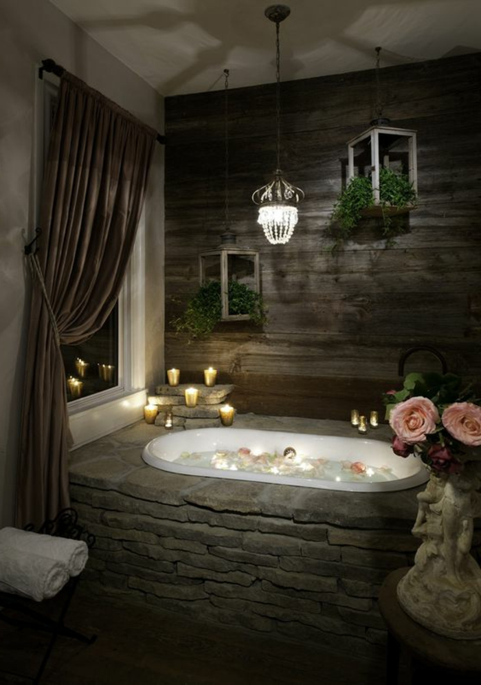 idée salle de bain, mur en planches de bois, baignoire blanche dans une base de pierre