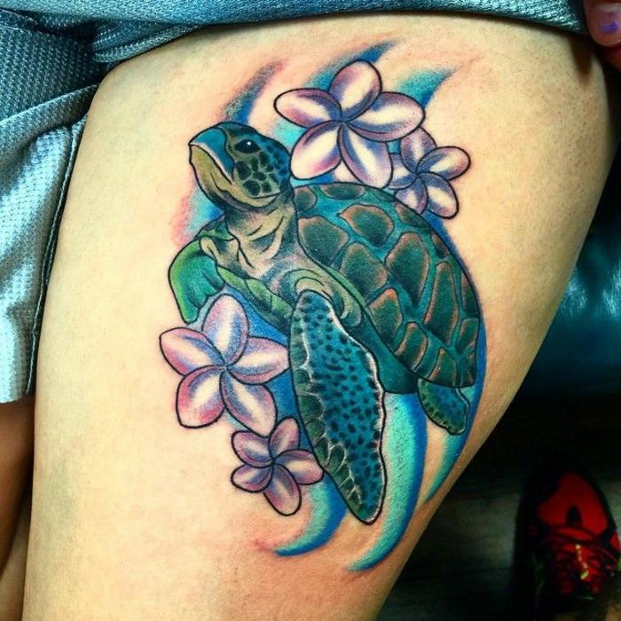 idée tatouage femme, tatouage sur la jambe d'une femme, grande tortue de mer