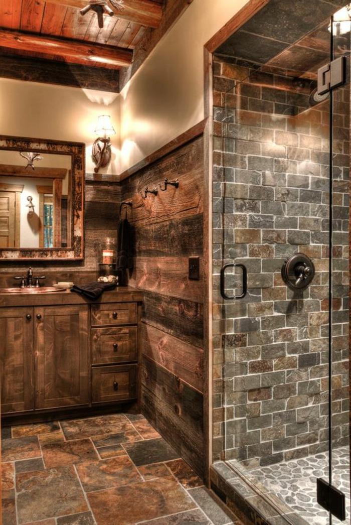 idées déco salle de bain, revêtement mural en bois, plafond en bois laqué, carrelage en pierre