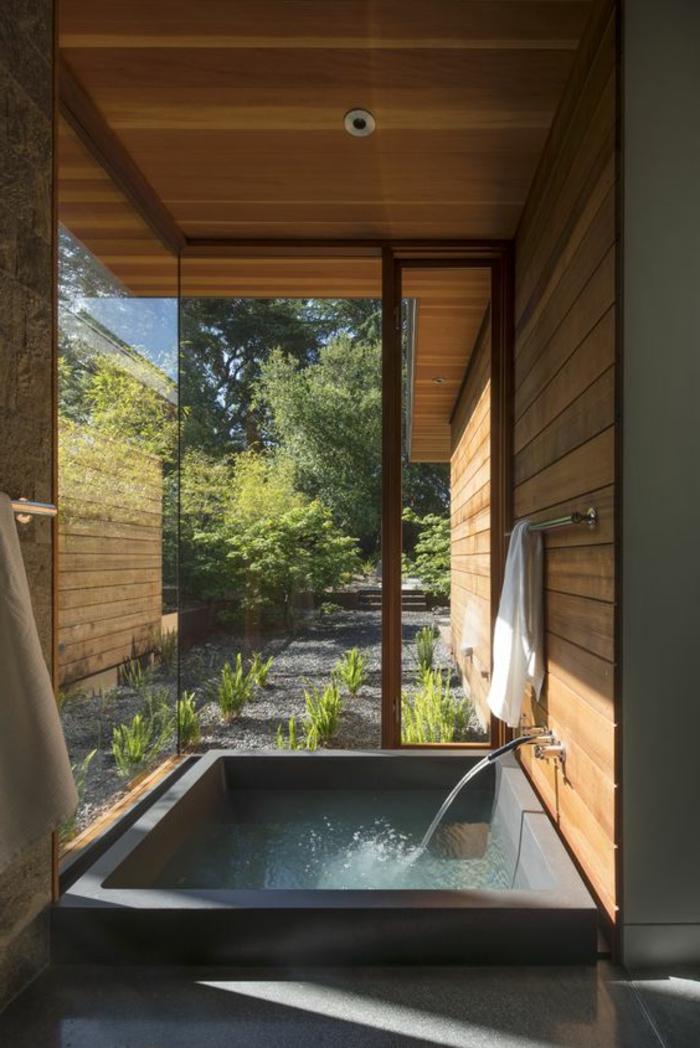 idées déco salle de bain, baignoire rectangulaire, revêtement mural en bois