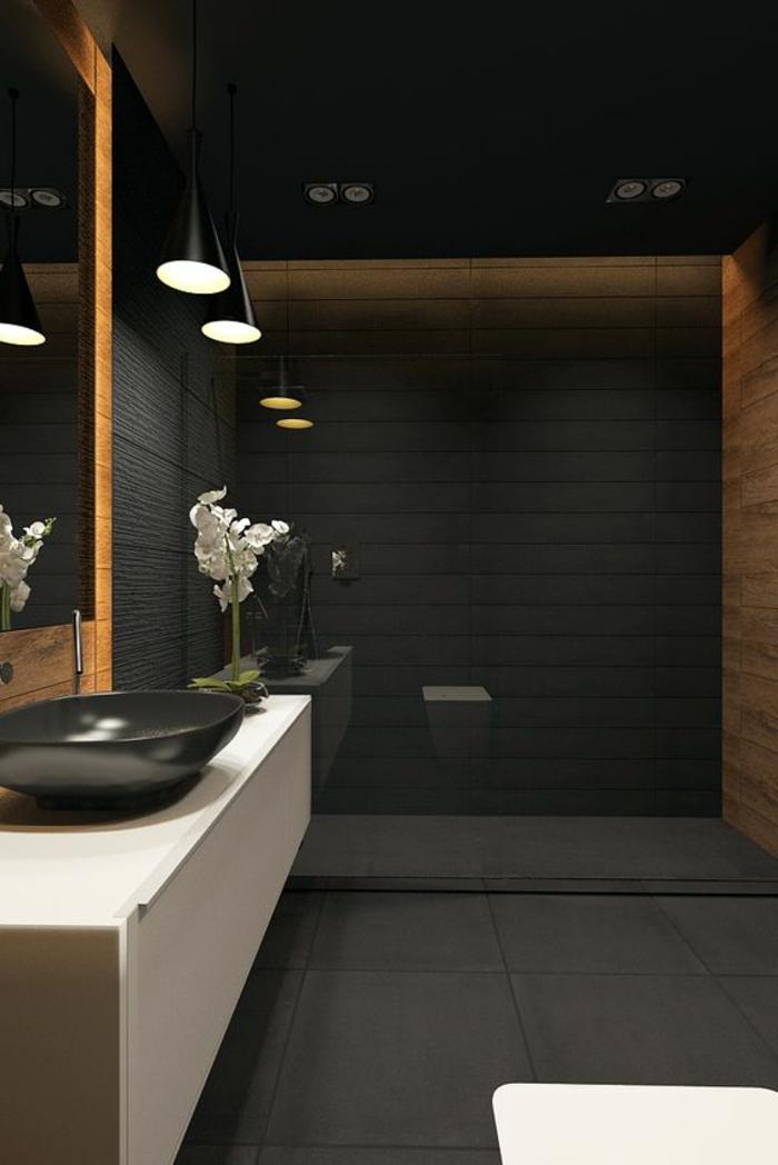idées déco salle de bain, meuble sous vasque blanc, vasque noire, revêtement mural noir, lampes suspendues