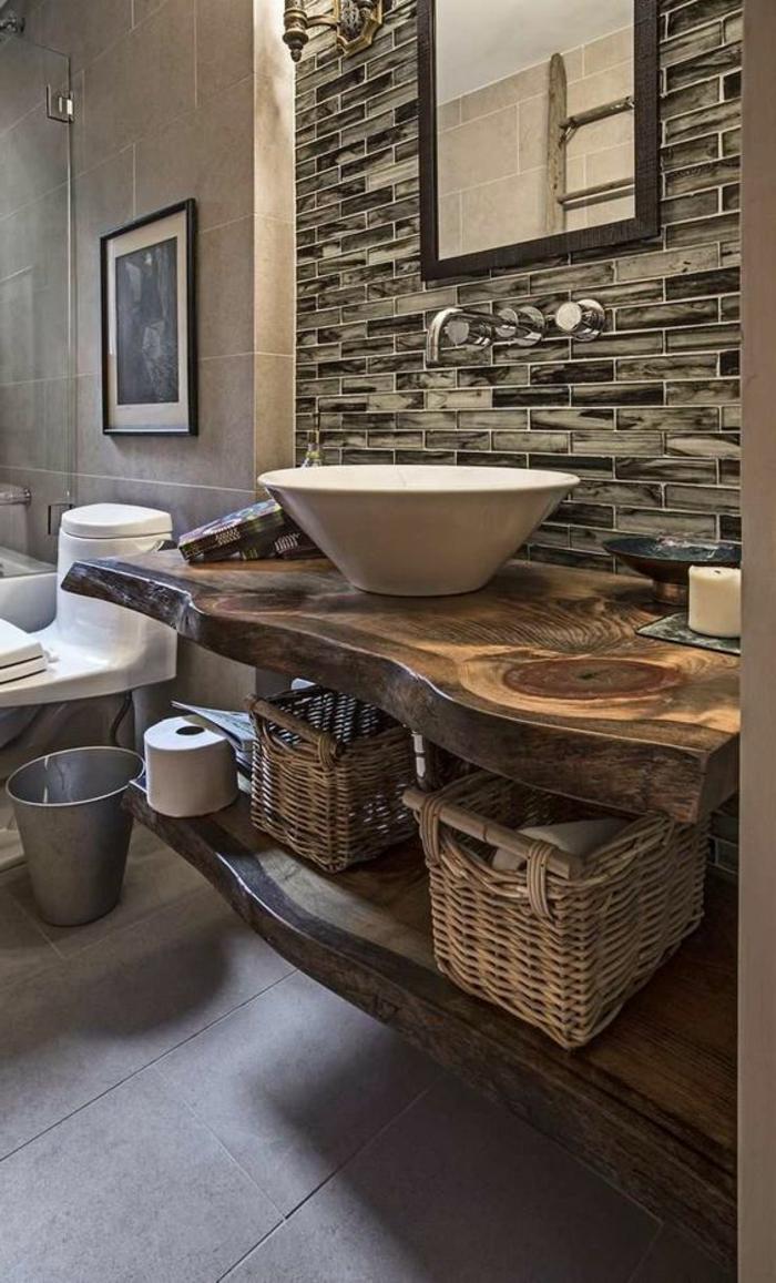 idées déco salle de bain, comptoir en bois brut, vasque à poser blanche, paniers tressés