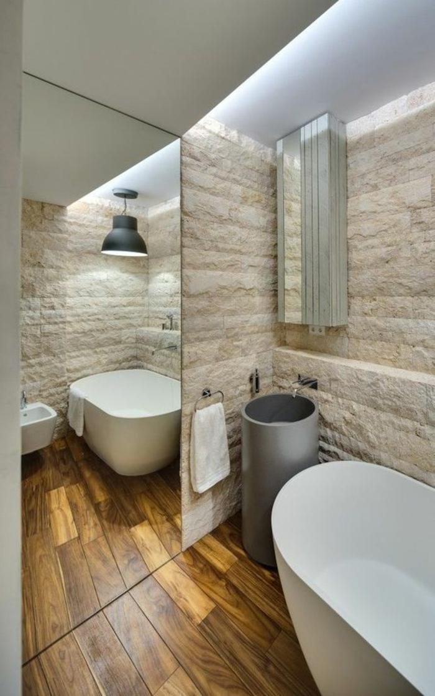 idées déco salle de bain, sol en planches de bois, ur en pierre blanche, vasque colonne grise