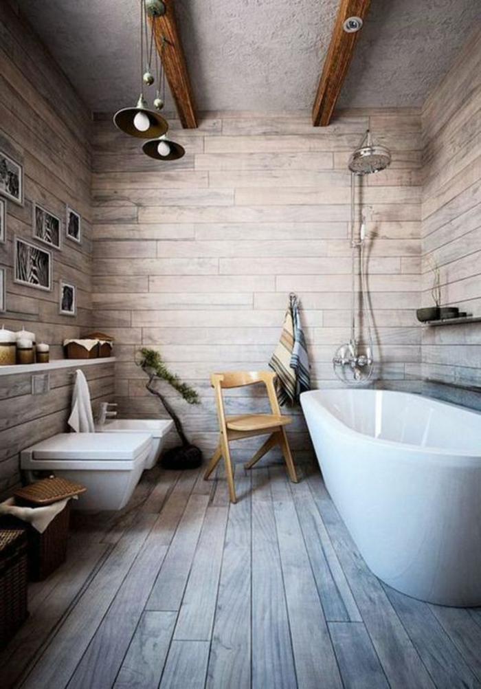 idées déco salle de bain, sol en planches de bois, poutres apparentes, baignoire à poser