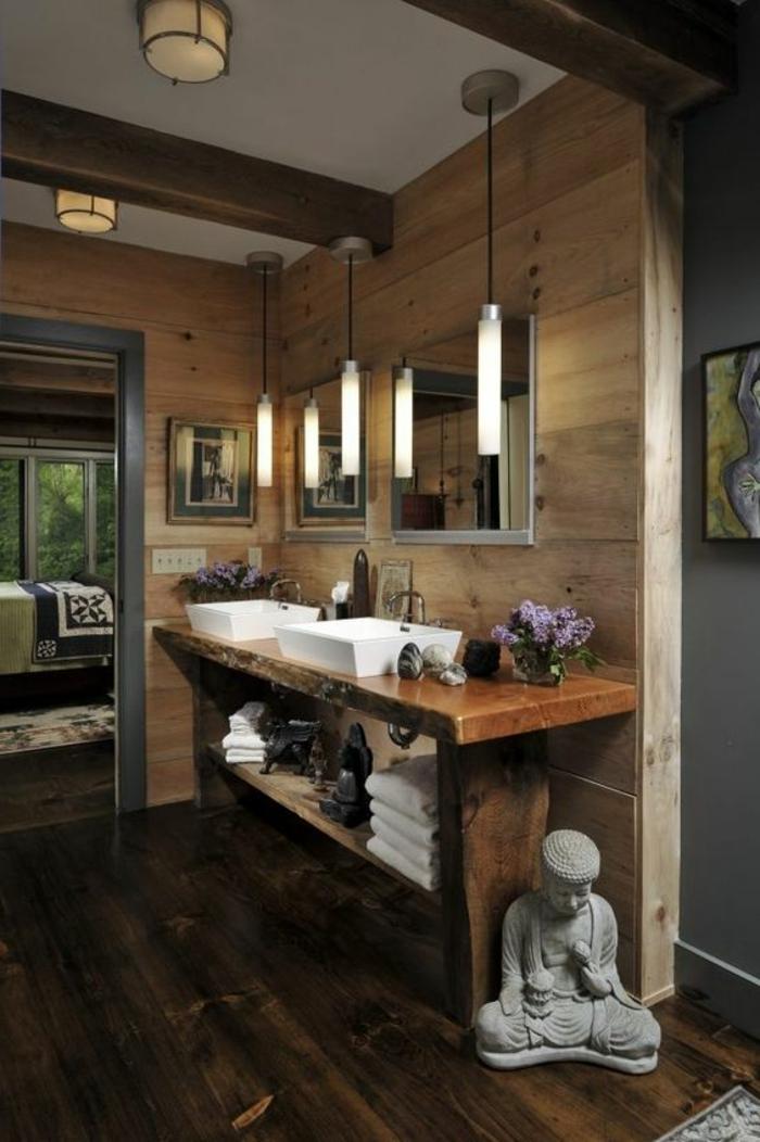 idées déco salle de bain, lampes pendantes, poutres apparentes sur un plafond en bois, statuettes bouddha