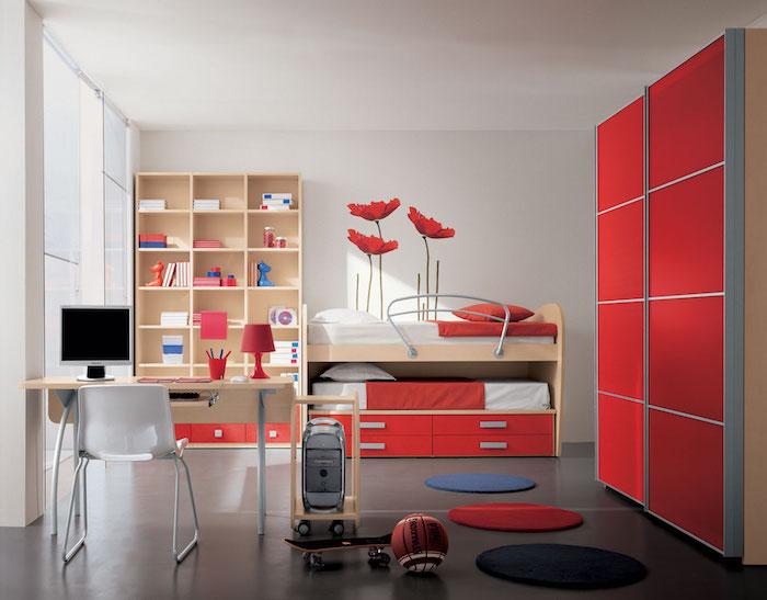 quelle couleur va avec le rouge, combinaison bleu et rouge, revêtements sol gris anthracite, bureau lit et bibliothèque bois clair, accents rouges, noir et bleu
