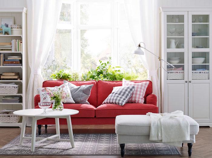 idée association de couleur, vaisselier blanc avec tabouret et table basse blanche, tapis gris et blanc, bibliothèque blanche et canapé rouge contrastant, deco campagne chic