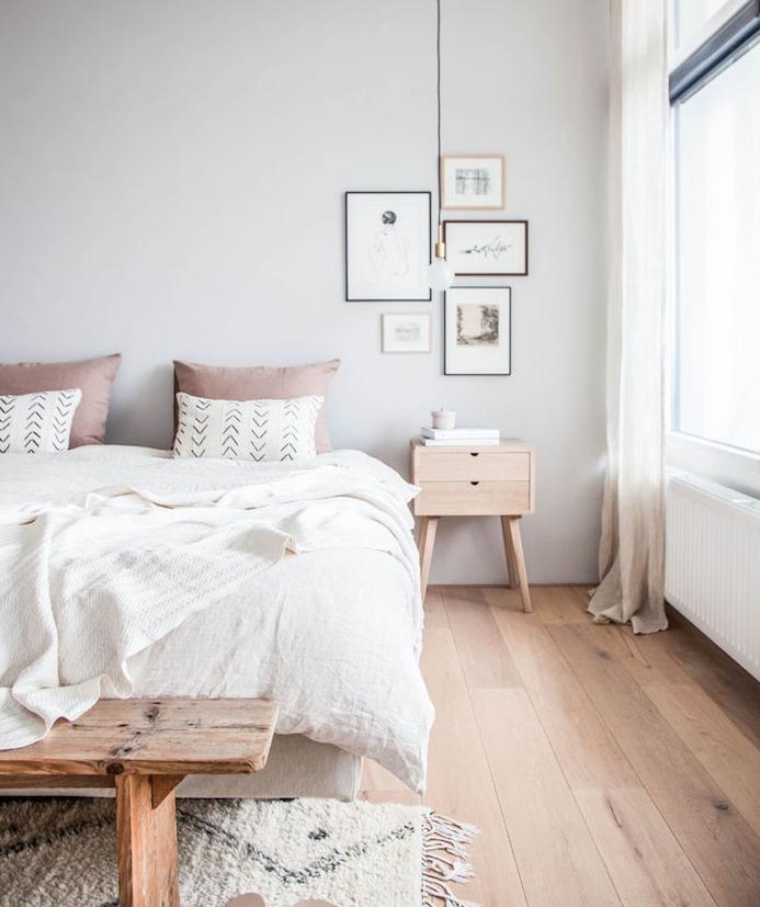 idée déco chambre cocooning rose et gris, parquet en bois clair, linge de lit rose et gris, mur couleur gris clair, suspension ampoule