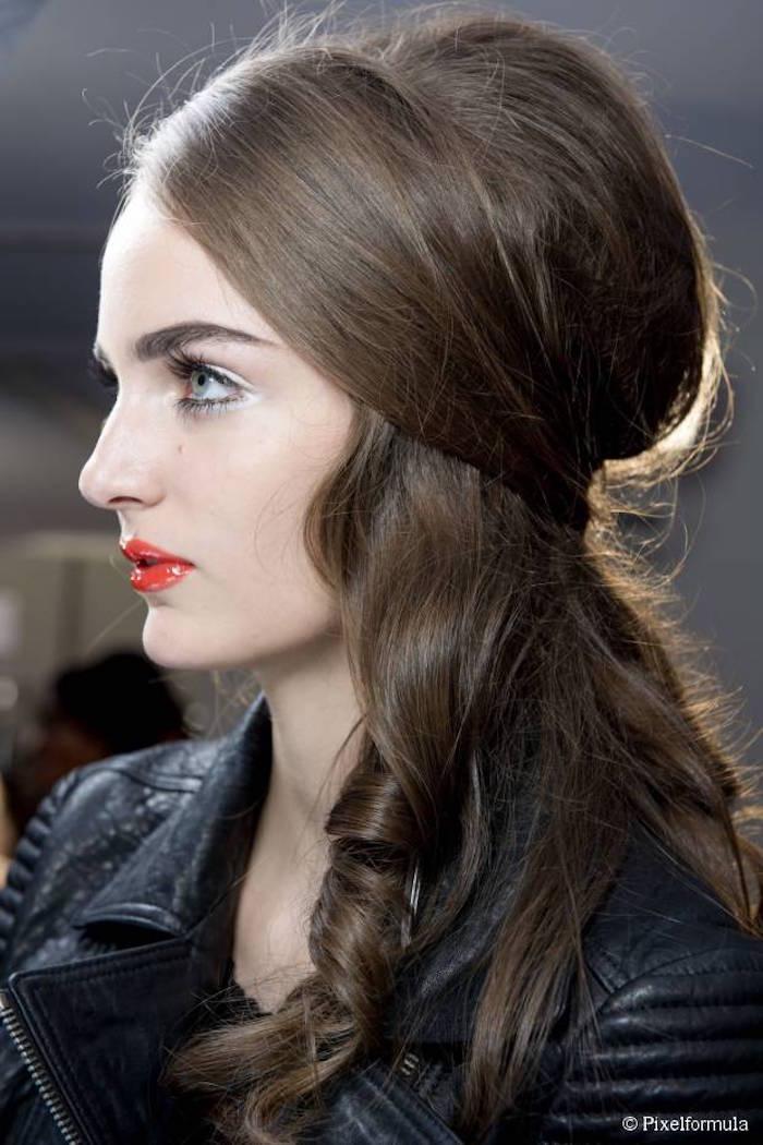 coiffure femme vintage cheveux longs pointes bouclées