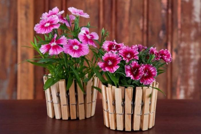 des pinces à linge transformées en cache-pot avec des fleurs rose, idee deco fait maison facile et rapide
