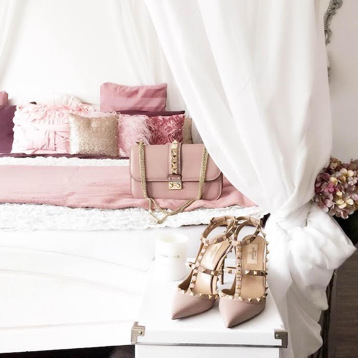 accessoires féminins en rose pastel, décoration en blanc et rose d'une chambre femme, coussins en faux fur rose pâle