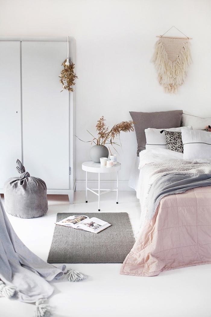 deco scandinave pas cher, tapis gris, linge de lit gris, blanc et rose, armoire blanche, revêtement sol, mur blancs, deco murale macramé