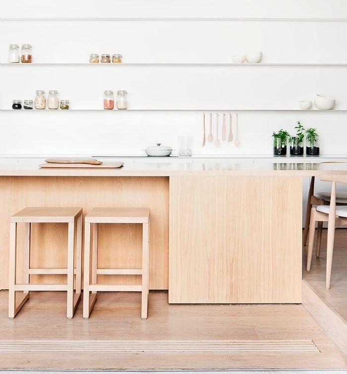 deco cuisine scandinave, bar en bois et étagères blanches de rangement, parquet clair, deco verte