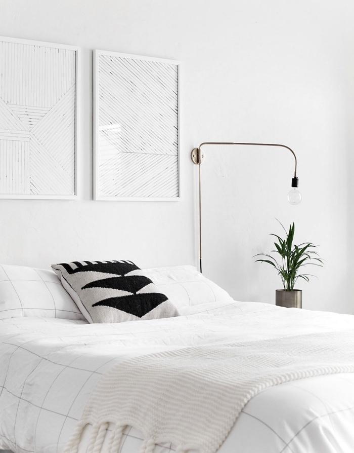 idée comment décorer une chambre scandinave blanche, accent cousson gris et noir, linge de lit blanc, lampe intéressante, plante verte
