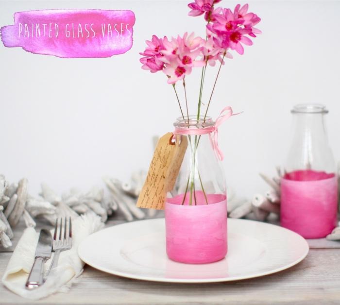 idée comment faire un vase diy customisé de peinture et de ruban rose, bouquet de fleurs rose, deco bouteille verre à lait