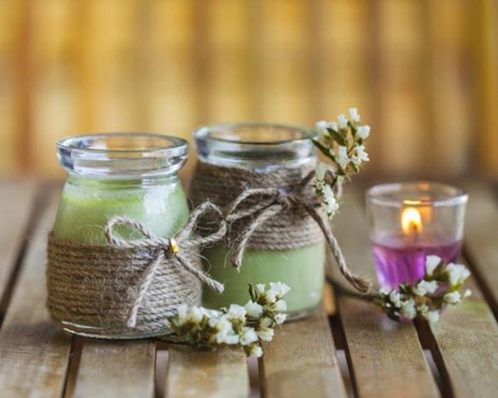 comment faire des bougies à partir de petits pots en verre et de la cire dedans, décoration de corde et petits fleurs, bricolage récupération