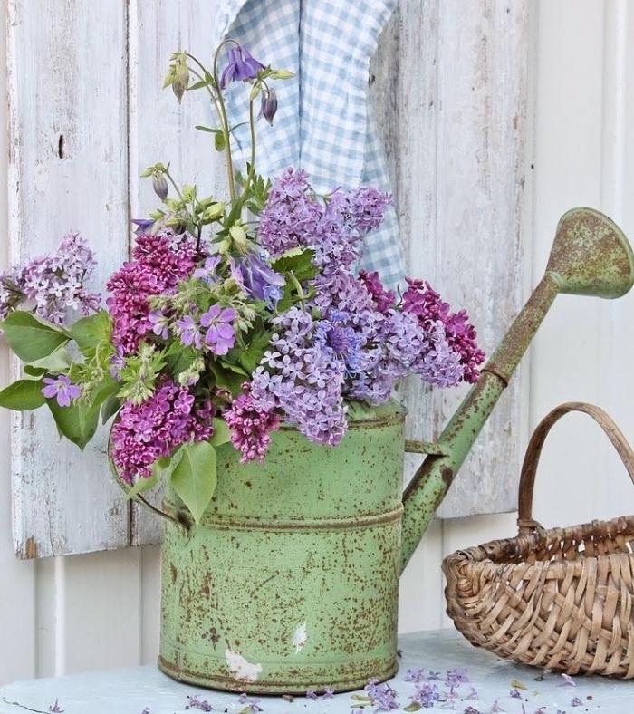 idée de recyclage arrosoir vintage, transformé en vase de fleur en plein air, bricolage récupération en plein air