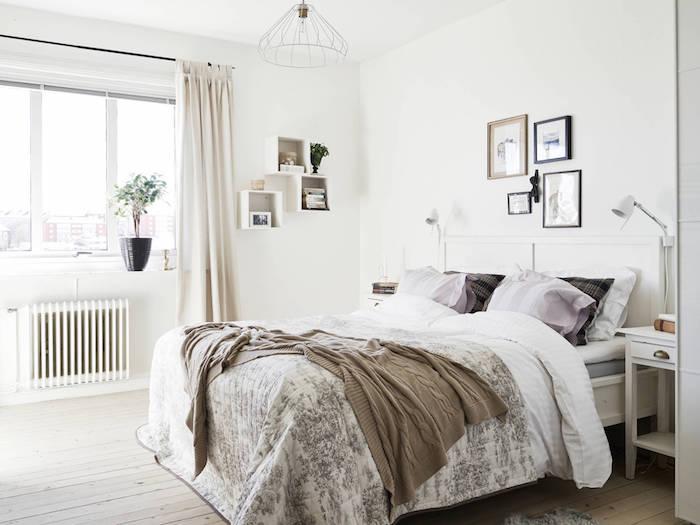 idée déco chambre cocooning, parquet en bois clair, linge de lit marron, gris et blanc, coussins mauve, mur couleur blanche