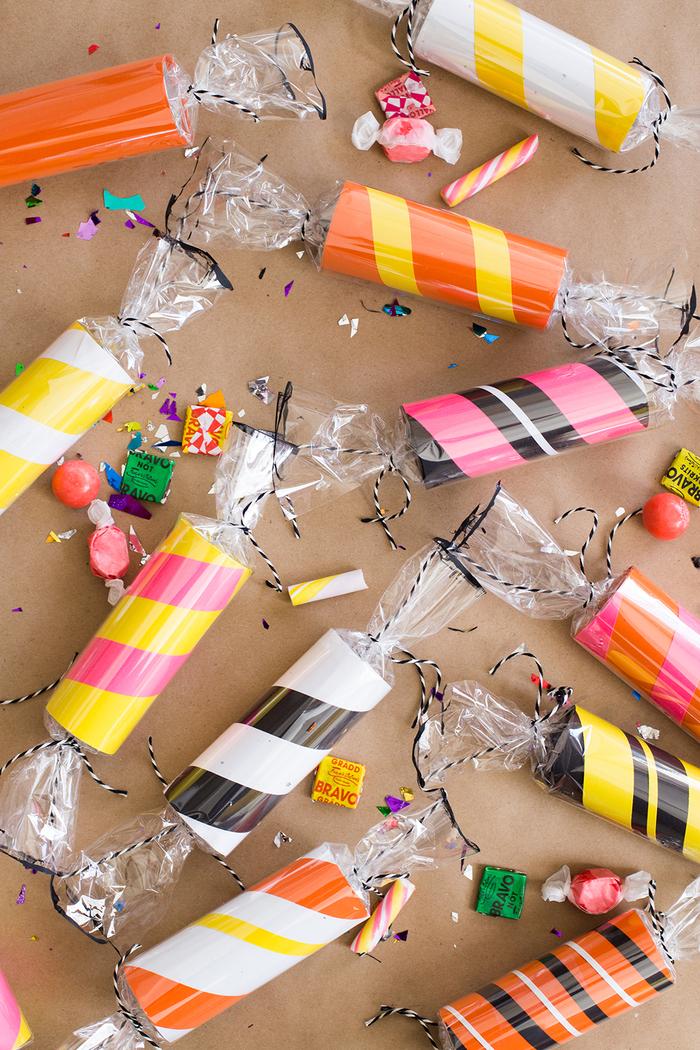 un projet diy deco recup original pour faire une guirlande de bonbons avec des rouleaux de papier recyclés