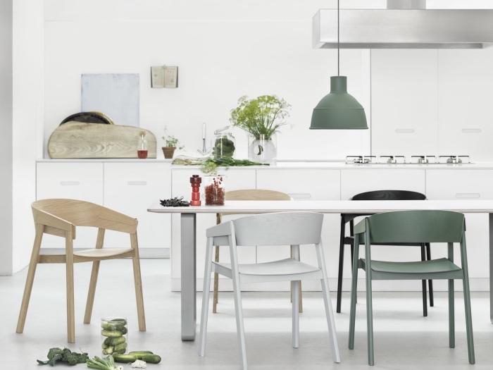 amenagement deco cuisine scandinave, façade cuisine blanche, table en bois et metal, chaises bois, blanc et noir, suspension grise