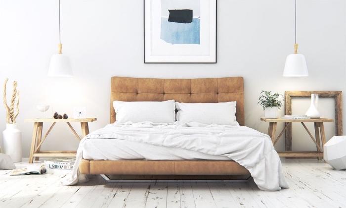 lit marron clair, parquet blanchi, table de nuit en bois, deco cadre bois et deco murale peinture, suspensions blanches