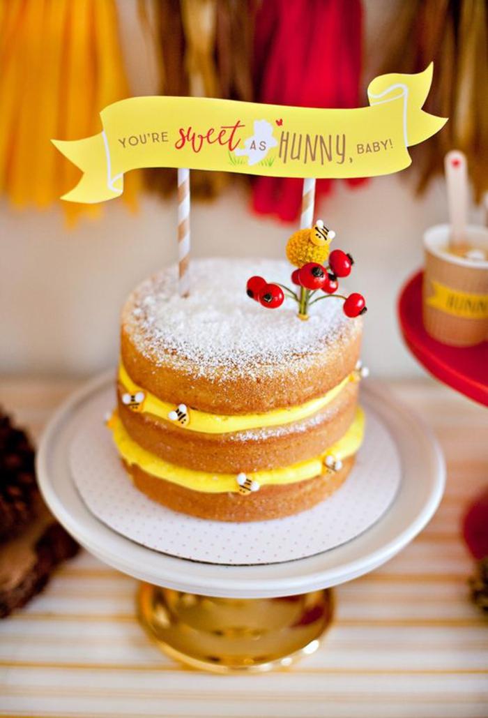 idée pour une décoration anniversaire enfant sur thème abeilles, gâteau à étages sans glaçage