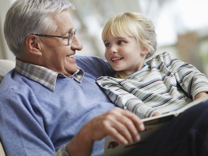 une idée cadeau fête des grands-pères à offrir, grand père cheveux grisonnants et petite fille mignonne