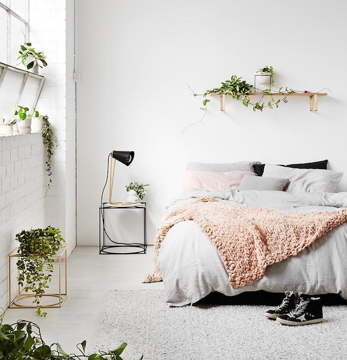 idée déco chambre cocooning rose et gris, tapis et linge de lit gris, plaid rose murs couleur blanche, plantes vertes