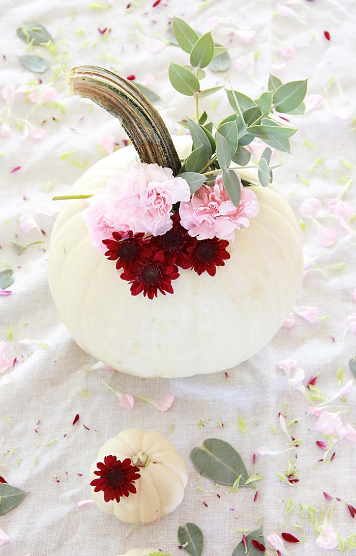 citrouille blanche avec bouquet de fleurs et branches décoratives, deco automne a faire soi meme