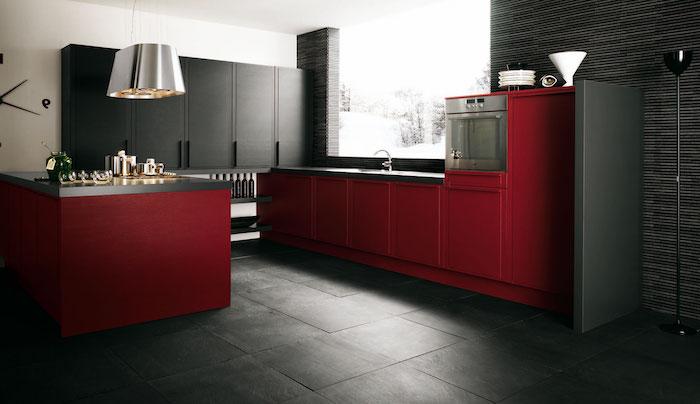 quelle couleur avec le rouge, idée de façade cuisine couleur bordeau et gris, revêtement sol dalles grises, meuble cuisine gris anthracite