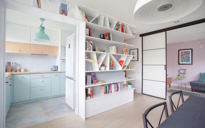 deco cuisine scandinave semi ouverte, parquet clair, bibliothèque blanche, façade cuisine bleu clair et blanc avec plan de travail bois