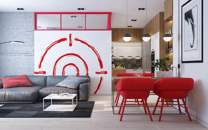 quelle couleur va avec le rouge, idée de cuisine semi-ouverte sur une salle à manger, salon, chaises rouges et table en bois, salon canapé et tapis gris, table basse blanche, séparation pièce cloison amovible