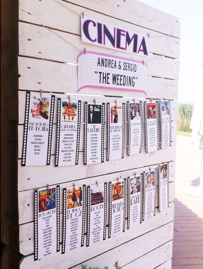 plan de table films constitué de tickets de cinéma, films rétro et liste des invités écrits en colonne