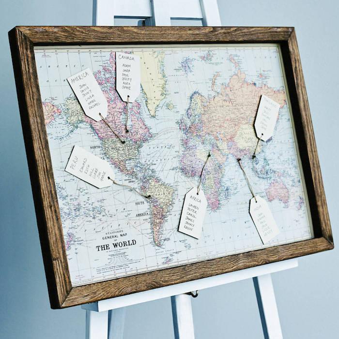 idée de plan de table mariage carte du monde vintage colorée avec des étiquettes blanches où s'asseoir