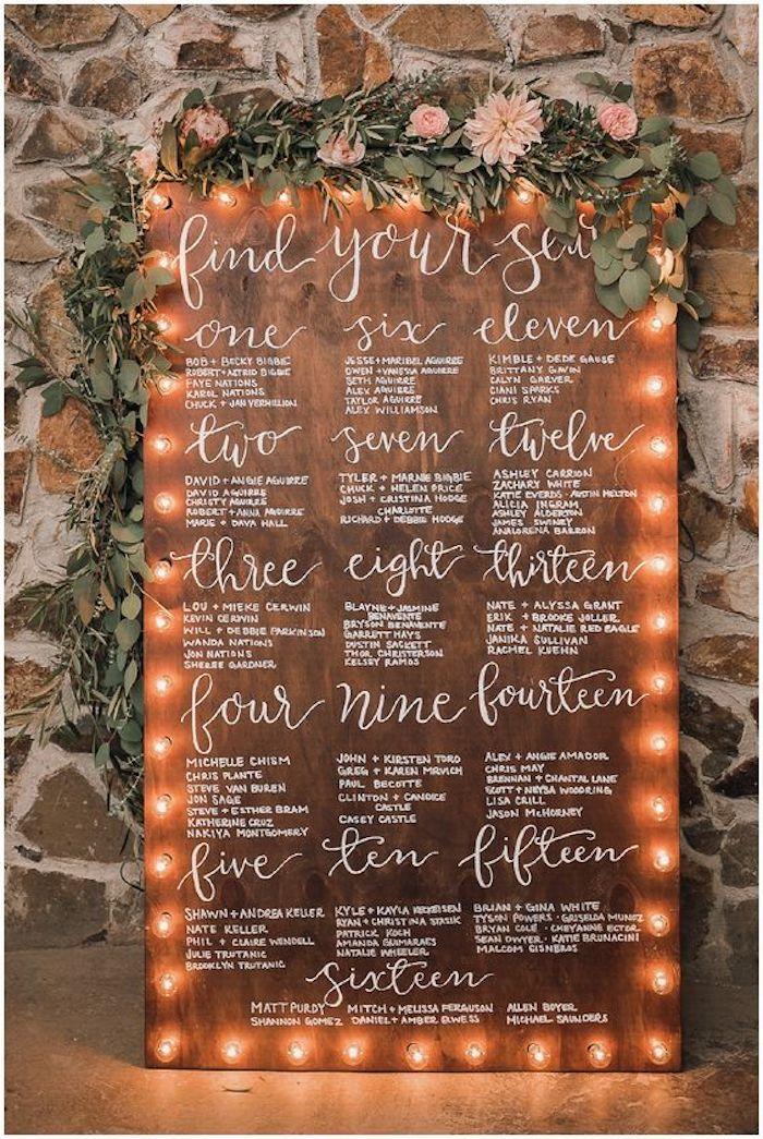 idée de tableau en bois illuminé de petites lumières en bordure avec guirlande de fleurs en dessus, plan de table pour mariage campagne élégante