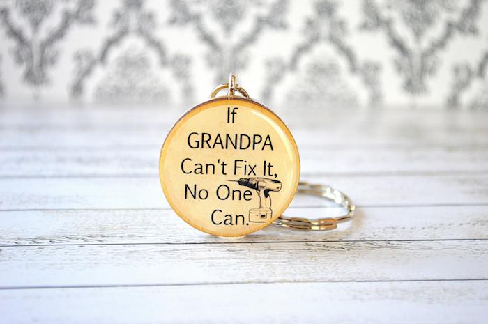 quel cadeau fête des grands pères choisir, un porte-clé personnalisé avec message, texte écrit en lettres noires sur un fond jaune
