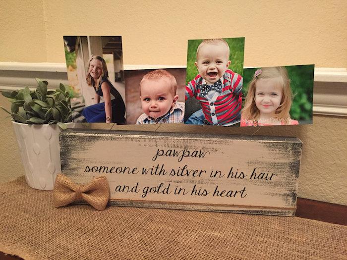porte-photo en bois brut avec message en lettres noires et photos d enfants rangés dessus, idée cadeau fete des papi