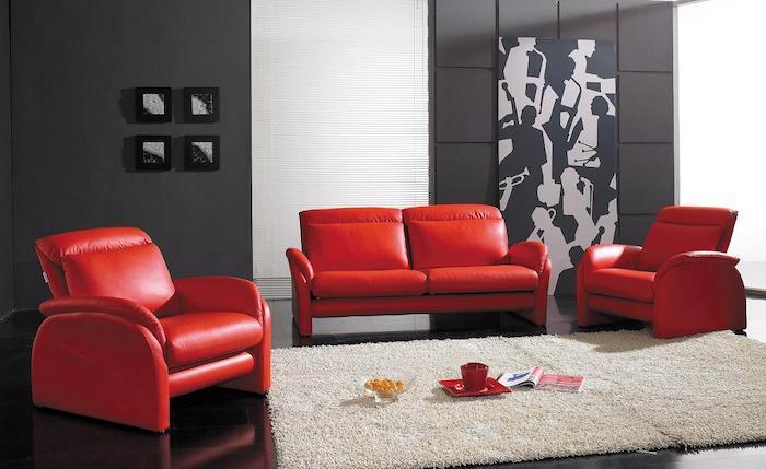 accord de couleurs, intérieur en gris anthracite et rouge, canapé et fauteuils rouges, tapis blanc cassé, revêtement sol noir