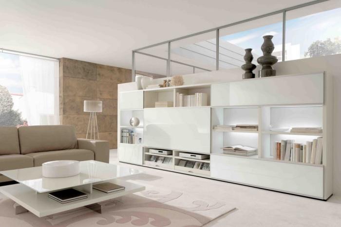 canapé couleur lin et mur d accent beige, meuble bibliothèque blanche, table basse blanche, tapis rose, déco scandinave épurée