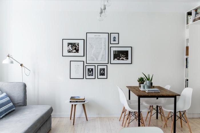 amenagement cuisine salle à manger avec table rustique en bois et métal, parquet clair, canapé gris, deco photos noir et blanc, mobilier scandinave