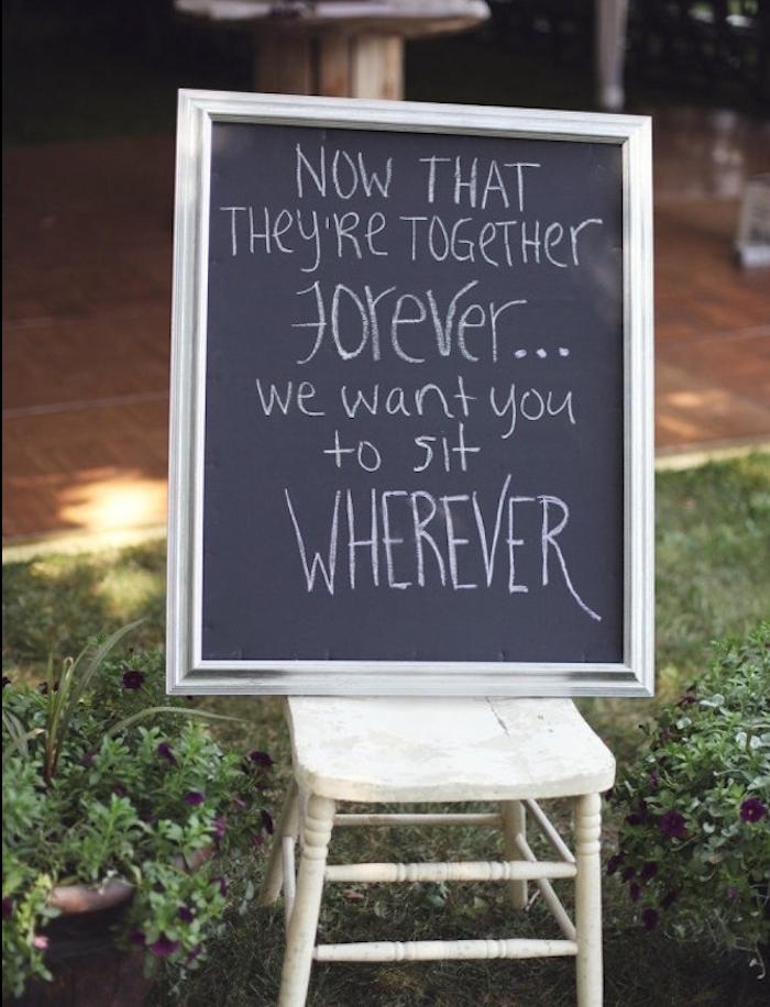 no plan de table mariage, un simple tableau noir avec cadre argenté, s'asseoir où l' on veut, chaise blanche vintage