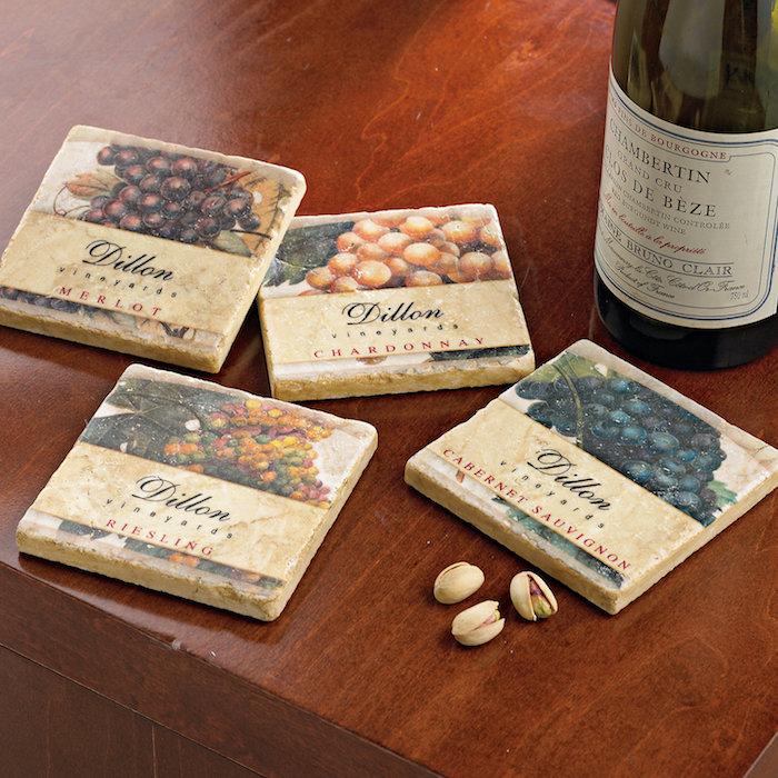 idée comment faire des sous-verres avec motifs vin vintage imprimé sur une carreau, cadeau fête des grands pères