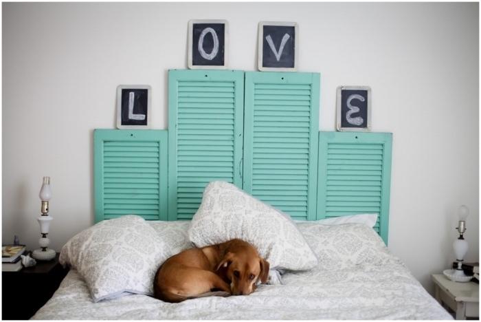 une tête de lit fabriquée à partir de volets de fenêtre, repeints de vert pastel, idée bricolage récupération chambre à coucher