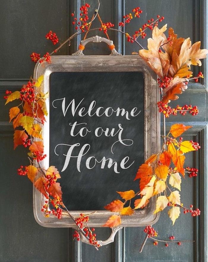 decoration porte, deco automne a faire soi meme, un plateau de service, texte bienvenue et couronne de feuilles mortes
