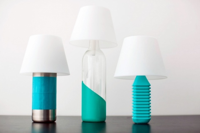 deco bouteille verre, plastique, inox, pieds de lampe repeints en bleu, idee creation deco originale