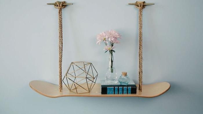 bricolage facile, etagere skateboard fabriquée à partir une planche bois et de la corde pour suspendre, rangement accessoire decoratifs, deco recup simple