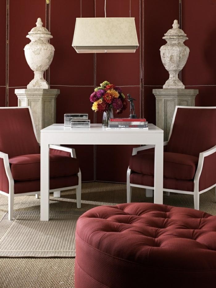 idée intérieur couleur bordeau avec murs, chaises et tabouret bordeaux, tapis gris, table basse blanche, décoration vintage