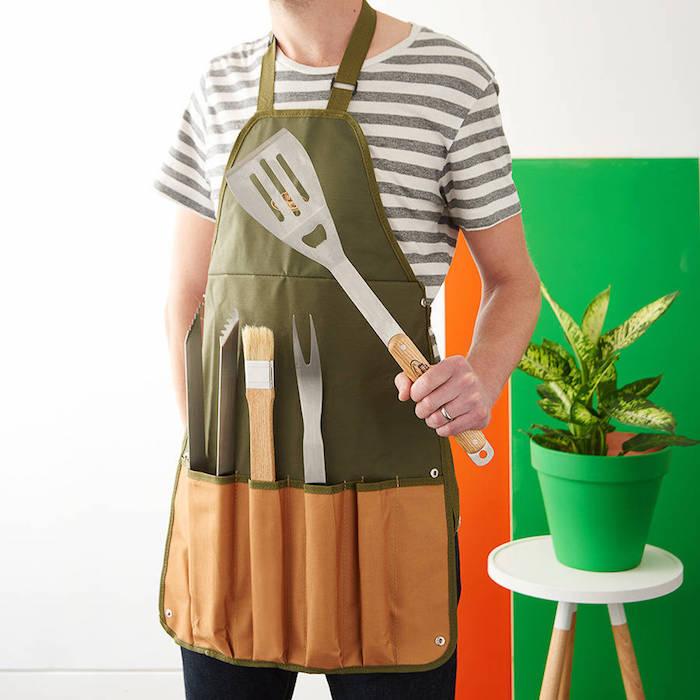 offrir un tablier vert et orange et kit barbecue, idée cadeau grand père classique pour les dîners en plein air